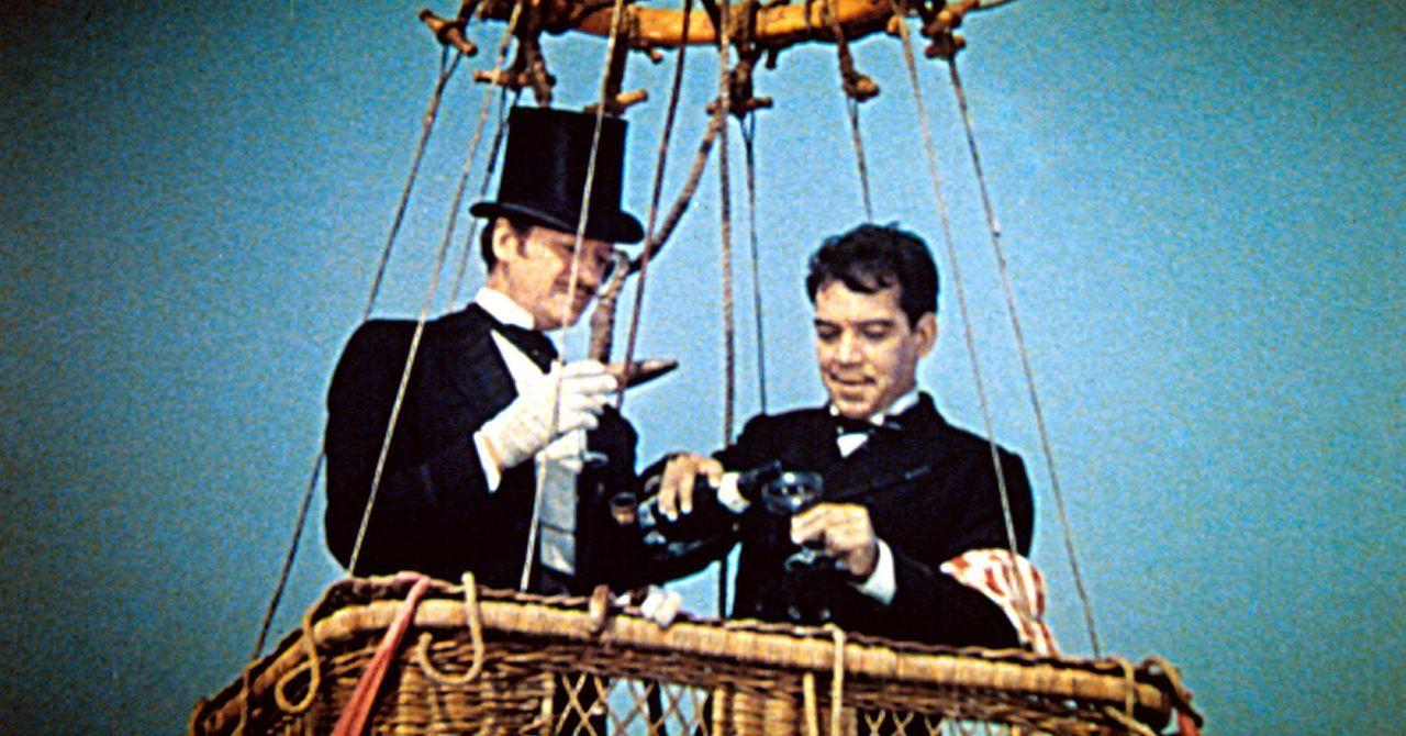Phileas Fogg (David Niven, l.); Passepartout (Cantinflas, r.) - Bildquelle: 1984 Warner Bros. Entertainment Inc. All rights reserved.