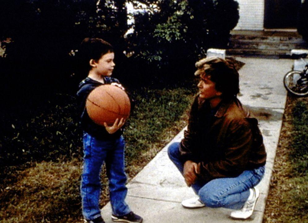 Jonathan (Michael Landon, r.) versucht, dem kleinen Robbie zu erklären, dass sein Vater im Himmel ist. - Bildquelle: Worldvision Enterprises, Inc.