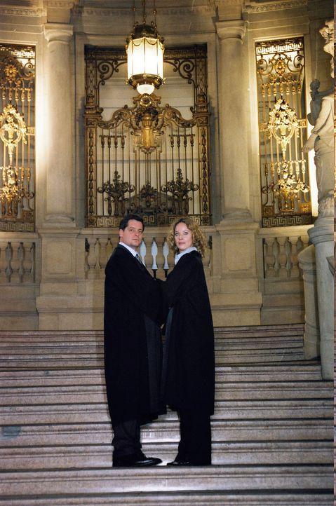 Herbert Windscheid (Fritz Karl, l.) und Sabina Brenner (Ann-Kathrin Kramer, r.) stehen sich in einem spektakulären Gerichtsverfahren gegenüber, der... - Bildquelle: Susan Skelton Sat.1