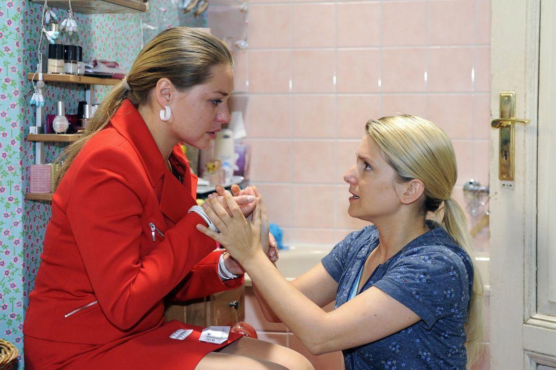 Es gelingt Anna (Jeanette Biedermann, r.), Katjas (Karolina Lodyga, l.) Abtreibungsversuch zu verhindern. - Bildquelle: Oliver Ziebe Sat.1