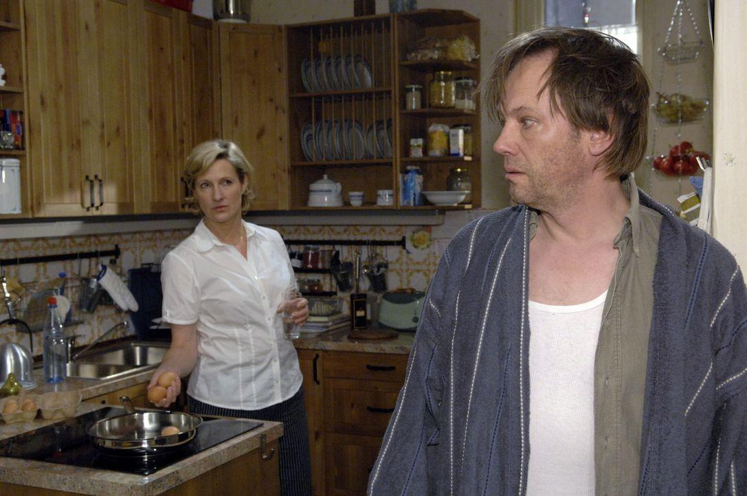 Zwischen Armin (Rainer Will, r.) und Susanne (Heike Jonca, l.) herrscht Eiszeit. - Bildquelle: Claudius Pflug Sat.1