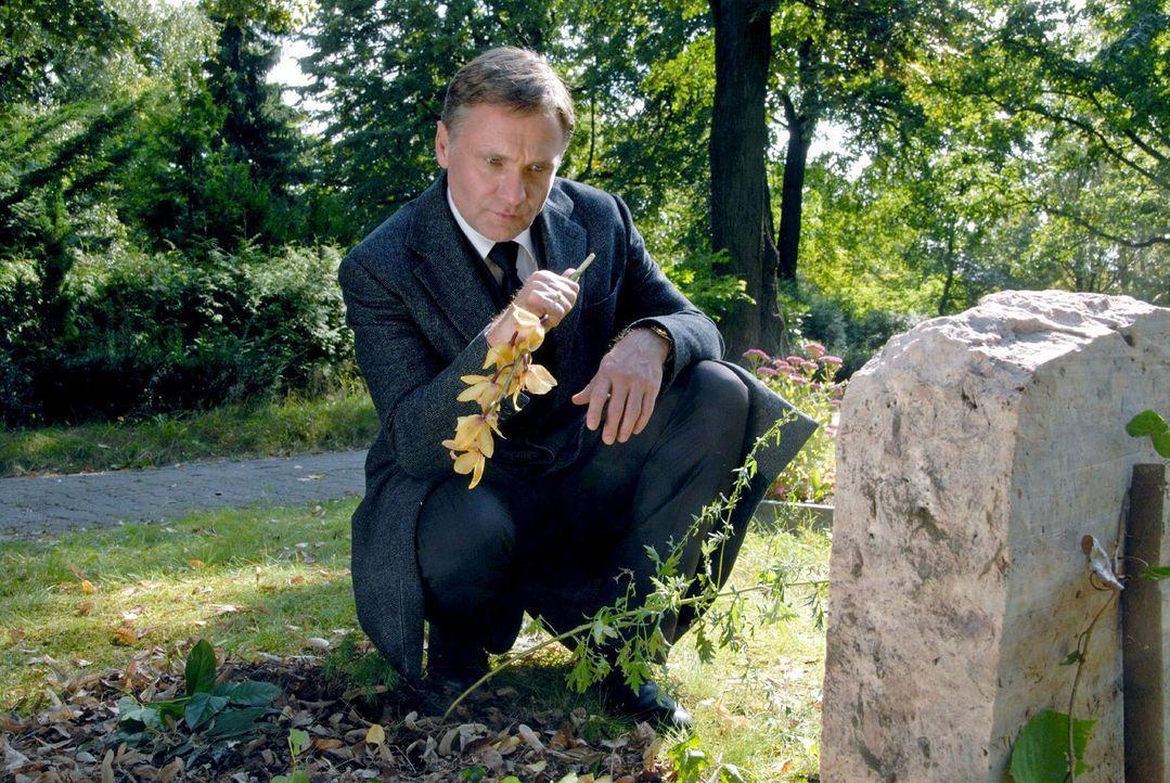 Christian (Bernhard Schir) versucht seiner Frau auf die Schliche zu kommen. Er findet immer neue Beweise dafür, dass Susanne noch am Leben ist. - Bildquelle: Hardy Spitz Sat.1