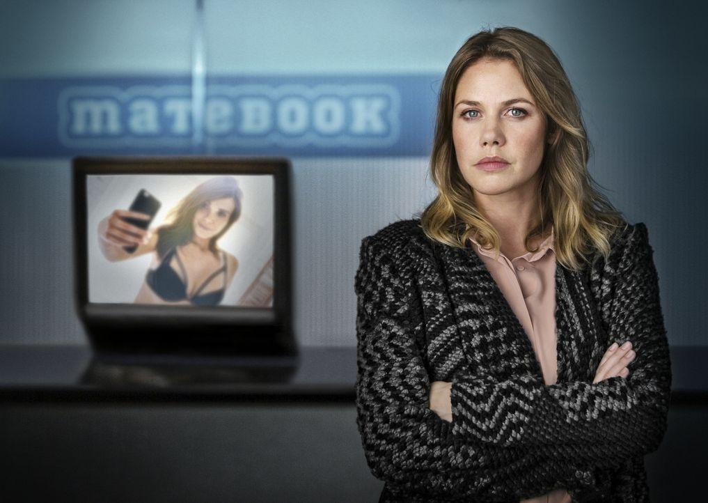 Als ein Nacktbild ihrer 16-jährigen Tochter im Internet auftaucht und die Familie erpresst wird, will Charlotte (Felicitas Woll) Gerechtigkeit. Doch... - Bildquelle: Arvid Uhlig SAT.1/ Arvid Uhlig