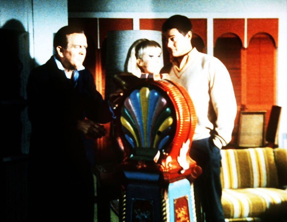 Bellows (Hayden Rorke, l.) weiß von Jeannies (Barbara Eden, M.) Zauberkräften, nachdem Tony (Larry Hagman, r.) alles verraten musste. - Bildquelle: Columbia Pictures