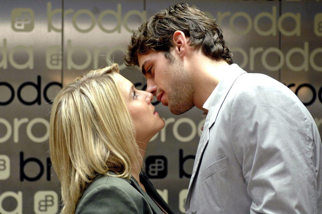 Als Anna (Jeanette Biedermann, l.) Jonas (Roy Peter Link, r.) im Fahrstuhl begegnet, wird sie wieder von ihren Tagträumen überwältigt ... - Bildquelle: Oliver Ziebe Sat.1