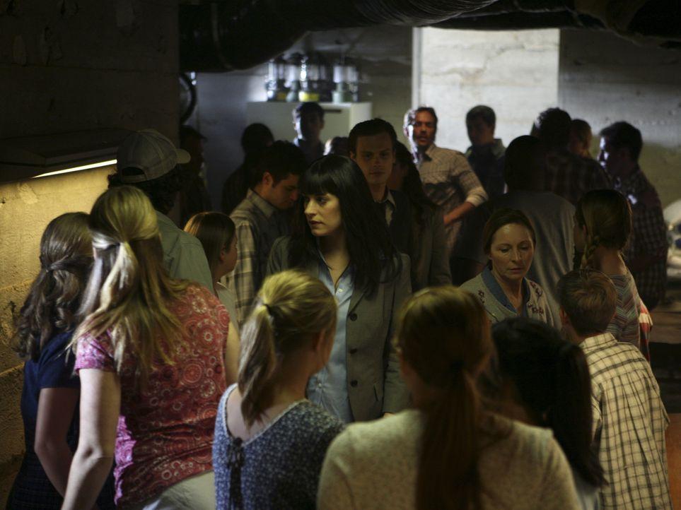 Während Emily (Paget Brewster, M. vorne) und Reid (Matthew Gray Gubler, M. hinten) die Mädchen vernehmen, greift ein Swat-Team, das von einem karrie... - Bildquelle: Karen Neal 2008 ABC Studios. All rights reserved. NO ARCHIVE. NO RESALE. / Karen Neal