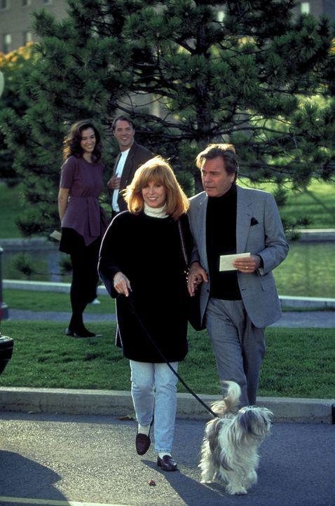 Jennifer (Stefanie Powers, l.) und Jonathan Hart (Robert Wagner, r.) sind in Kanada auf der Suche nach einem kleinen Juwelierladen, bei dem sie ein... - Bildquelle: Columbia Pictures