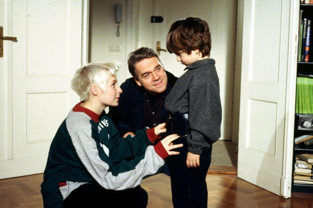 Kommissar Andreas Wolff (Jürgen Heinrich, M.) macht seine Tochter Verena (Nadine Seiffert, l.) mit dem kleinen Michail (Jewgenij Surnin, r.) bekann... - Bildquelle: Alfred Raschke Sat.1