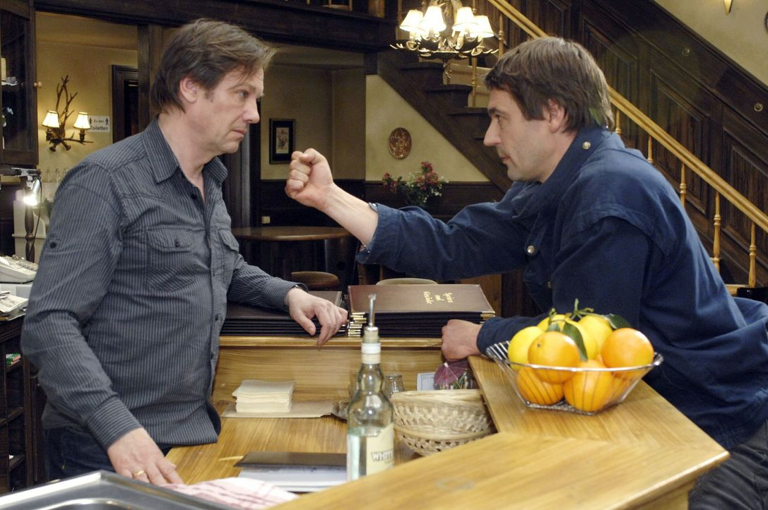 Armin (Rainer Will, l.) muss feststellen, dass Jaecki (Uli Drewes, r.) es war, der ihn beim Finanzamt angeschwärzt hat ... - Bildquelle: Oliver Ziebe Sat.1