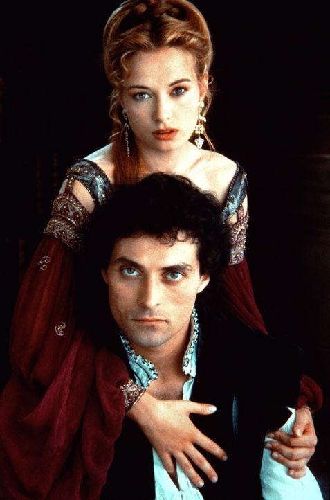 Um weiterhin in der Nähe ihres Geliebten Marco (Rufus Sewell, unten) bleiben zu können, wird die attraktive Veronica (Catherine McCormack, oben) ein... - Bildquelle: Warner Bros.