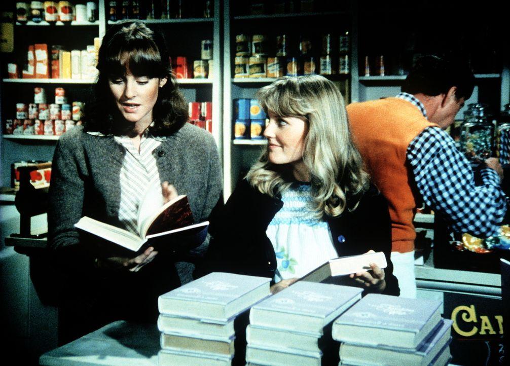 """Erin (Mary Beth McDonough, l.) und Cindy (Leslie Winston, r.) entdecken in Ikes Laden das Buch """"Die vollkommene Ehefrau"""". - Bildquelle: WARNER BROS. INTERNATIONAL TELEVISION"""