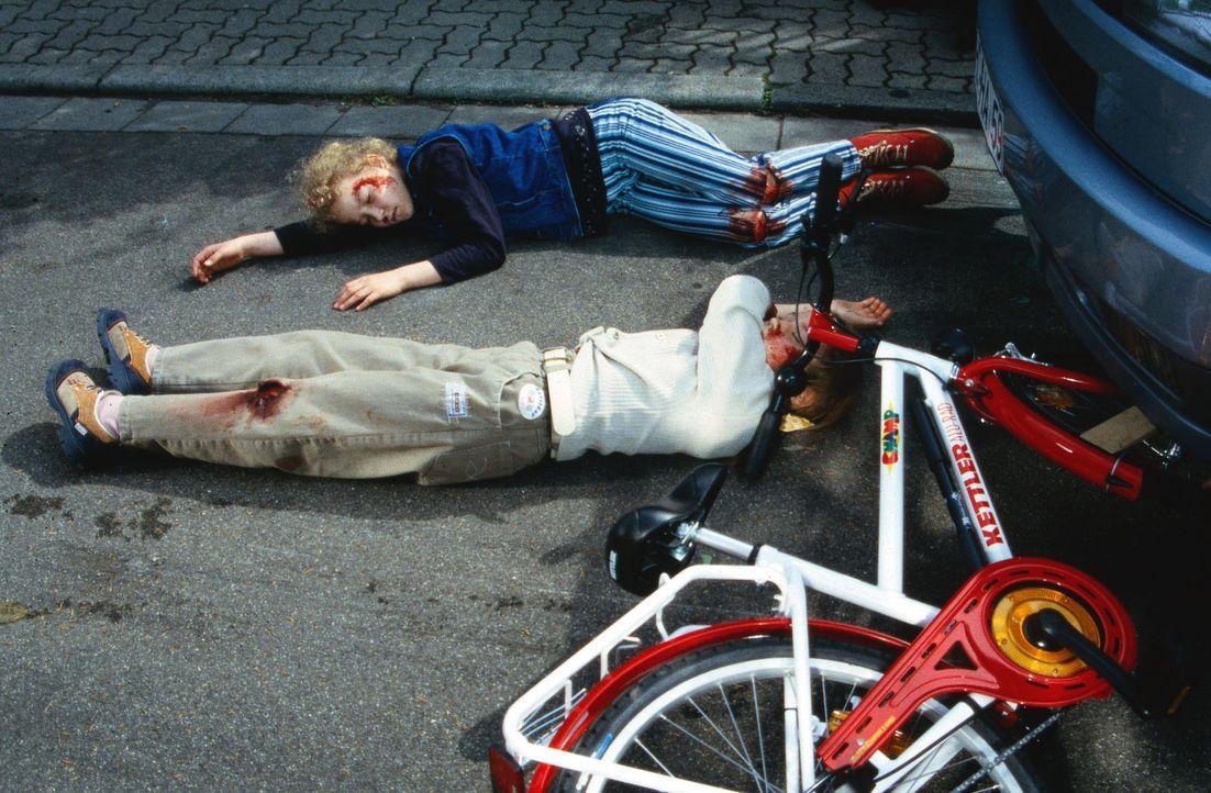 Beate Feldmann (Tatjana Synkowa, hinten) und Raphaela Harbeck (Romy Kühnert, vorne) sind in einen Autounfall verwickelt worden. Während Raphaela nur... - Bildquelle: Daehn Sat.1