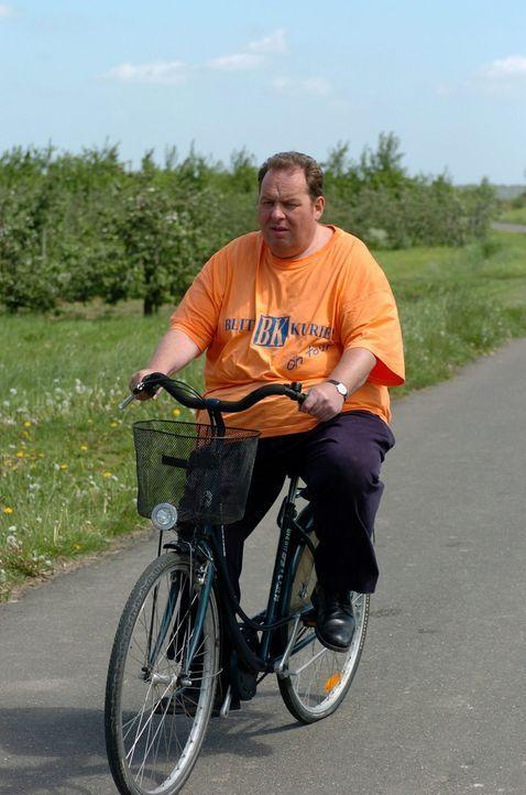 Engel (Ottfried Fischer) auf der Fahrradtour. - Bildquelle: Markus Hertrich SAT.1 / Markus Hertrich