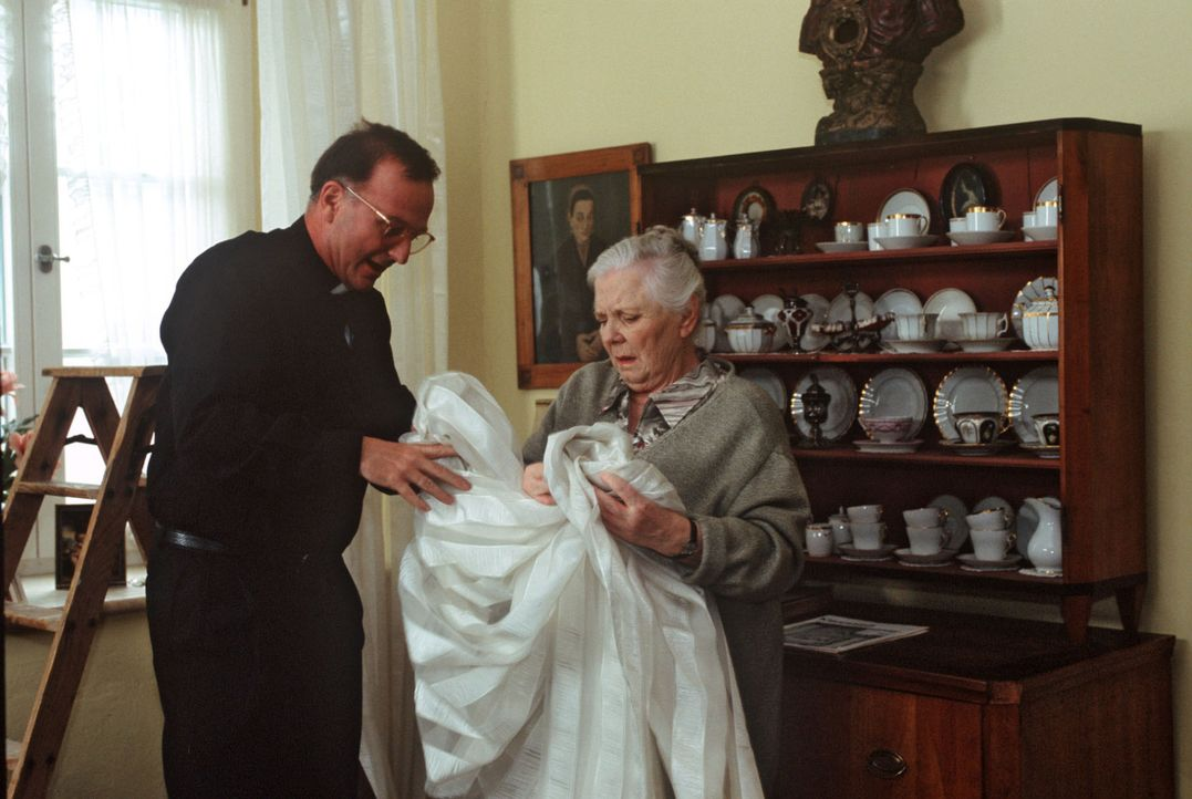 Rosi (Ruth Drexel, r.) hilft beim Prälaten Hinter (Michael Lerchenberg, l.) als Pfarrersköchin aus. - Bildquelle: Magdalena Mate Sat.1
