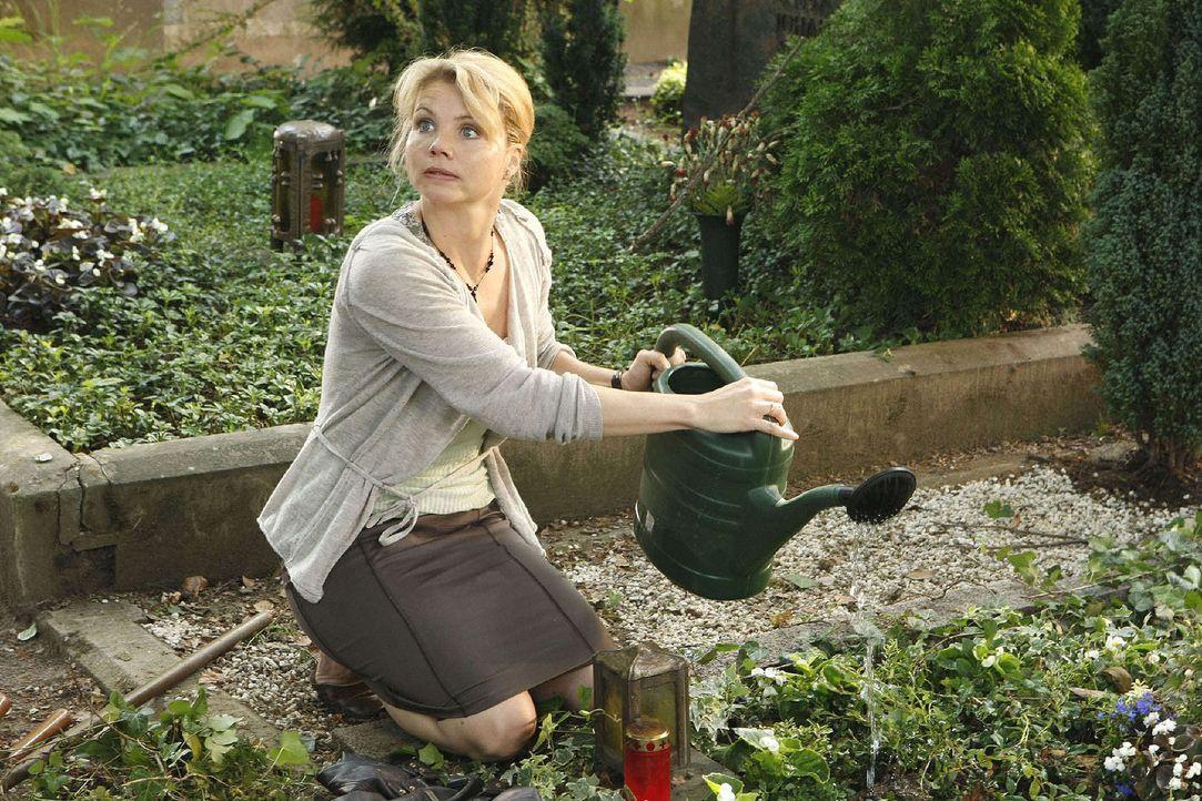 Am Grab ihres Mannes hat Peggy (Annette Frier) eine Erscheinung ... - Bildquelle: Frank Dicks Sat.1