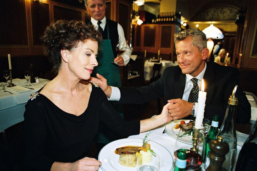 Anna Lenz (Gudrun Landgrebe, l.) weiß noch nicht, dass ihr Mann Richard Stein (Miroslav Nemec, r.) ein Verhältnis hat. - Bildquelle: Volker Roloff Sat.1