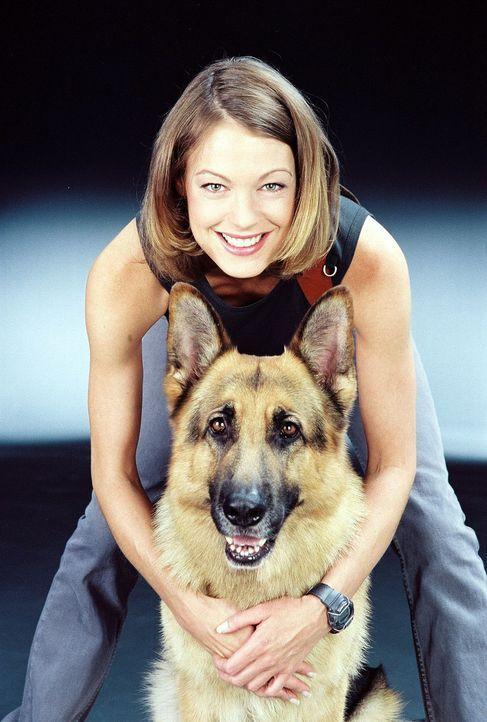 (8. Staffel) - Kriminalinspektorin Niki Herzog (Elke Winkens) weiß genau, dass sie sich immer auf die Spürnase ihres tierischen Kommissars verlassen... - Bildquelle: Ali Schafler Sat.1