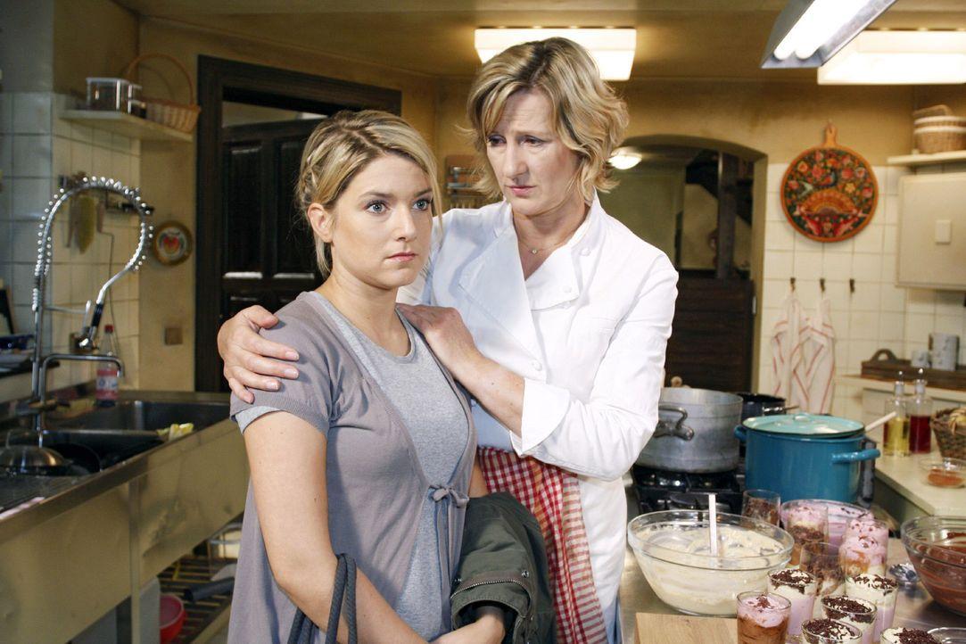 Anna (Jeanette Biedermann, l.) kehrt nach ihrer Kündigung wieder in den Schß der Familie zurück und wird von ihrer Mutter (Heike Jonca, r.) getröste... - Bildquelle: Noreen Flynn Sat.1