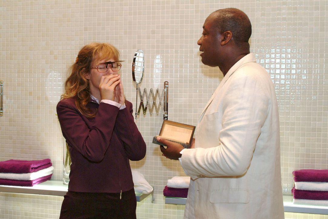 Dank Nelson Krüger (John E. Yamoah, r.) erkennt Lisa (Alexandra Neldel, l.), dass sie Richard überlegen ist. (Dieses Foto von Alexandra Neldel darf... - Bildquelle: Monika Schürle Sat.1