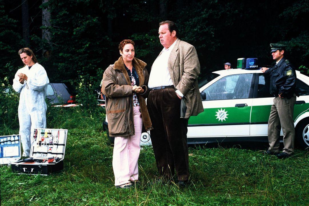 """Der Journalist Bertram """"Berti"""" Söllner wird tot aus einem See gezogen, alles deutet auf einen Mord hin. Benno (Ottfried Fischer, 2.v.r.) und Sabrina... - Bildquelle: Magdalena Mate Sat.1"""