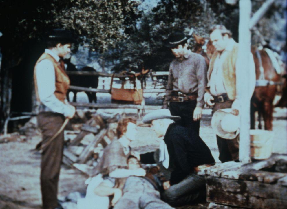 Little Joe (Michael Landon, l.), Adam (Pernell Roberts, 2.v.r.) und Hoss Cartwright (Dan Blocker, r.) sind betroffen, weil ein Siedler, der seinen B... - Bildquelle: Paramount Pictures