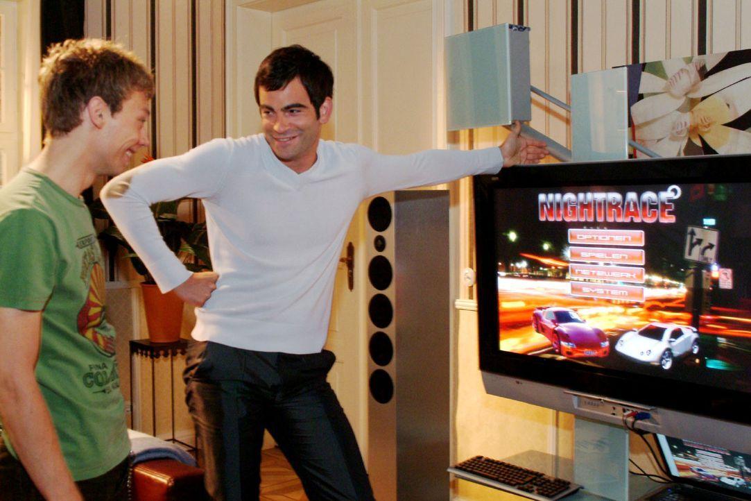 David (Mathis Künzler, r.) macht Jürgen (Oliver Bokern, l.) den Vorschlag, mit zu ihm nach Hause zu kommen, um dort gemeinsam zu arbeiten. Doch die... - Bildquelle: Monika Schürle Sat.1