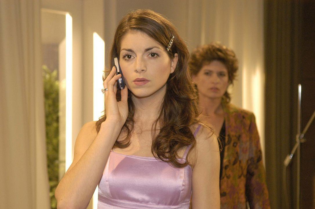 Mariella (Bianca Hein, l.) wird von Lisa angerufen, da sie sich mit ihr treffen will. Sophie (Gabrielle Scharnitzky, r.) belauscht misstrauisch das... - Bildquelle: Noreen Flynn Sat.1