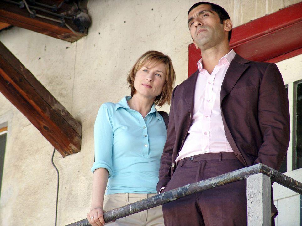Eva (Corinna Harfouch, l.) und Alyans (Erdal Yildiz, r.) ermitteln. - Bildquelle: Volker Roloff Sat.1