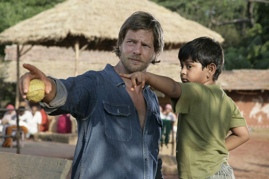 Noch ahnt Max (Henning Baum, l.) nicht, dass der kleine Manu (Pritish Roy, r.) weder taub noch stumm ist ... - Bildquelle: Vinod Deshpande SAT.1