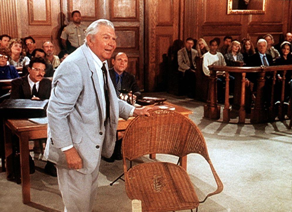 Matlock (Andy Griffith, l.) kann anhand eines kaputten Stuhls beweisen, dass belastendes Material in Jesses Wohnung gebracht wurde ... - Bildquelle: Viacom