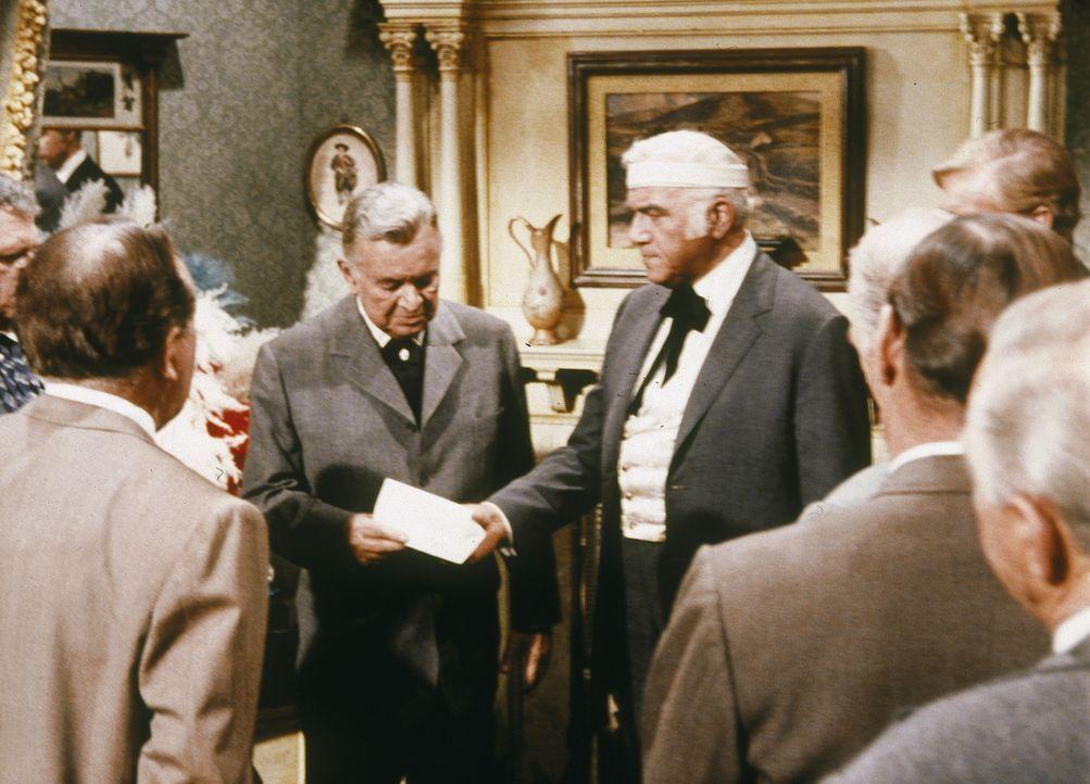 Der reiche Sam Endicott (Sidney Blackmer, M. l.) will seinen Vertrauen, John Farraday, auf den Sessel des Gouverneurs heben. Weil Ben Cartwright (Lo... - Bildquelle: Paramount Pictures