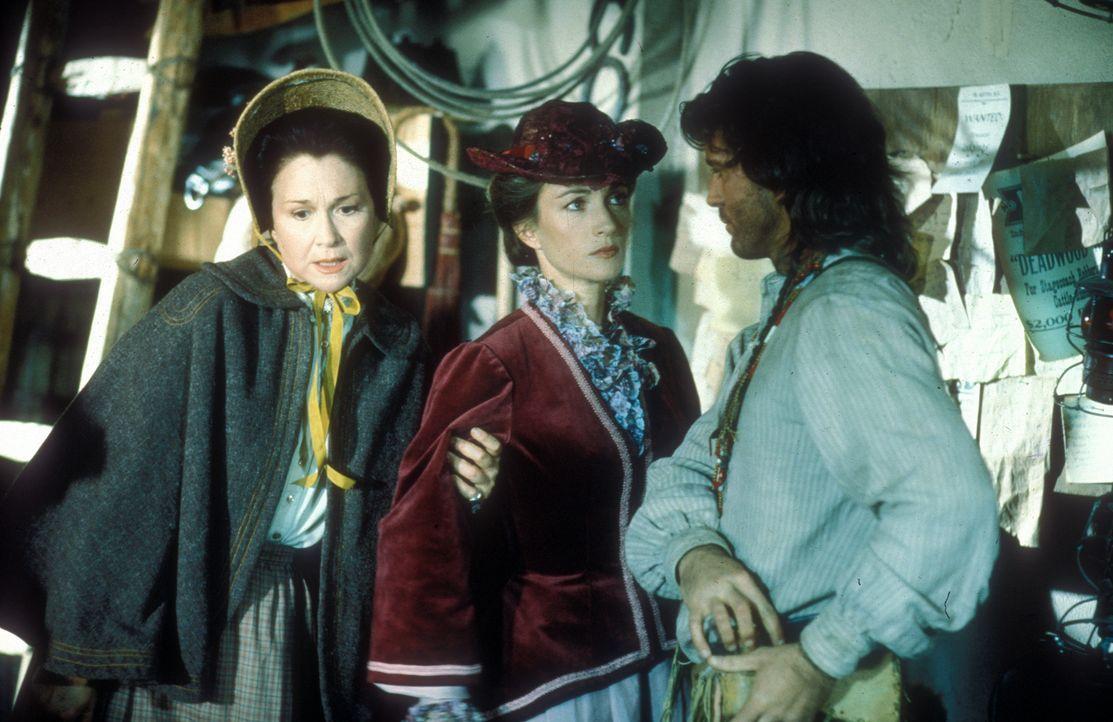 Nur Charlotte Cooper (Diane Ladd, l.), die Hebamme des Ortes, unterstützt Dr. Quinn (Jane Seymour, M.), die von den Bewohnern Colorado Springs abgel... - Bildquelle: CBS Studios Inc. All Rights Reserved.