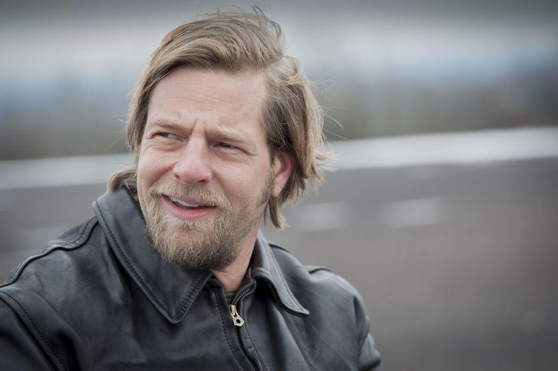 Lässt sie niemals unterkriegen: Mick (Henning Baum) ... - Bildquelle: Martin Rottenkolber SAT.1 / Martin Rottenkolber