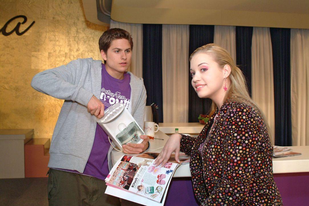 Kim (Lara-Isabelle Rentinck, r.) zuliebe geht Timo (Matthias Dietrich, l.) finanziell an seine Grenzen. - Bildquelle: Monika Schürle Sat.1