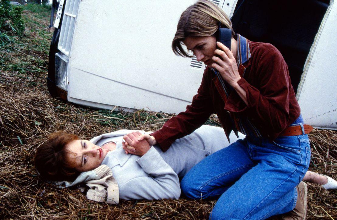 Nach dem Unfall auf der Landstraße kümmert sich Schwester Ina (Astrid Fünderich, r.) intensiv um die verletzte Frau (Ulrike Krumbiegel, l.), während... - Bildquelle: Daehn Sat.1