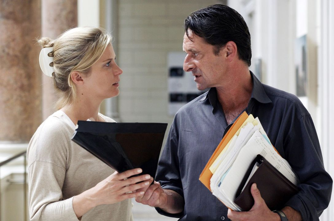 Andrea (Valerie Niehaus, l.) bittet Prof. Guttmann (Max Tidof, r.) um Hilfe. - Bildquelle: Petro Domenigg Sat.1