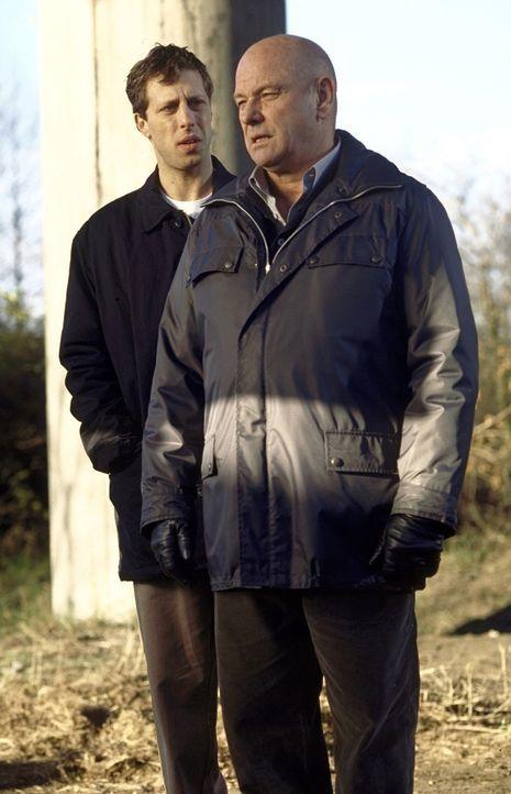 Überglücklich geht Michael (Oliver Korittke, l.) seinen neuen Job in Bornetts Team an - um so tragischer, dass er schließlich gegen seinen Onkel (Kl... - Bildquelle: Meier