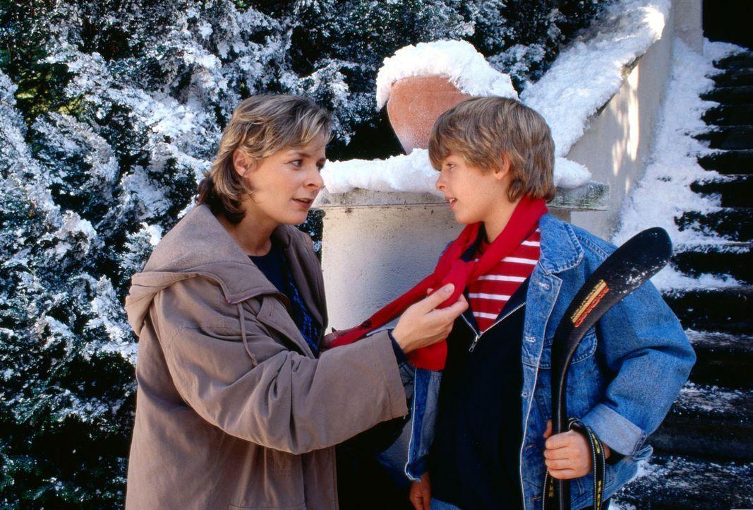 Markus (Alexander Ott, r.) versucht seine Mutter (Gundula Richter, l.) zu überreden, doch das Weihnachtsfest mit seinem Vater und ihm zu verbringen.... - Bildquelle: Ali Schafler Sat.1