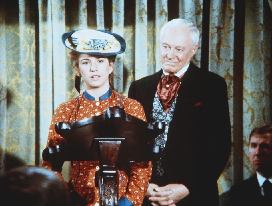 Laura (Melissa Gilbert, l.) nimmt den ersten Preis nicht an, da sie ihren Namen nicht unter ein Buch setzen will, an dem Mr. Broxton (William Prince... - Bildquelle: Worldvision