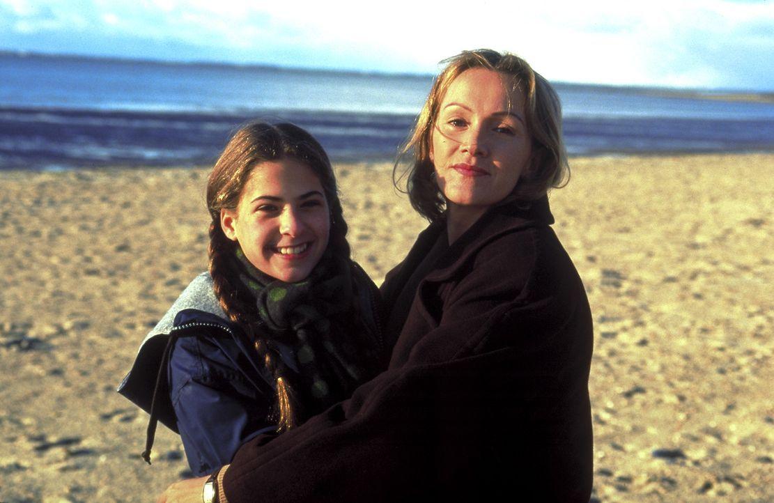 Nach der Trennung von ihrem Ehemann flieht Stella (Katja Flint) mit ihrer elfjährigen Tochter Lisa (Sophie Steiner) auf die Nordseeinsel Föhr. Dort... - Bildquelle: Bauer / Walter ProSieben/Bauer / Walter