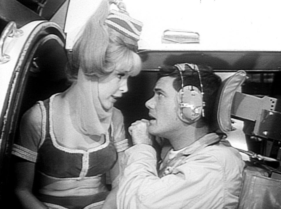 Der Astronaut Tony (Larry Hagman, r.) erprobt eine neue Raumkapsel im Simulatorraum. Da Jeannie (Barbara Eden, l.) gefühlt hat, dass ihre Zauberkraf... - Bildquelle: Columbia Pictures