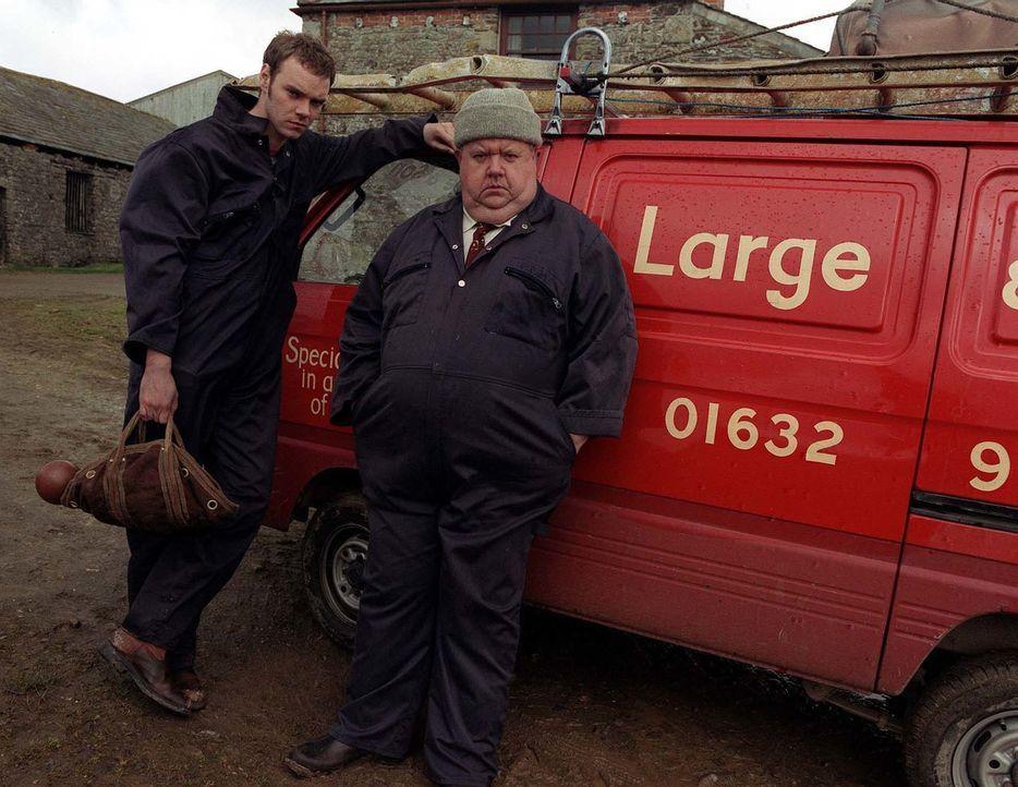 Bert Large (Ian McNeice, r.) hat Ärger mit seinem Sohn, denn Al (Joe Absolom, l.) will partout studieren. Doch als Vater wünscht er sich, dass sein... - Bildquelle: BUFFALO PICTURES/ITV