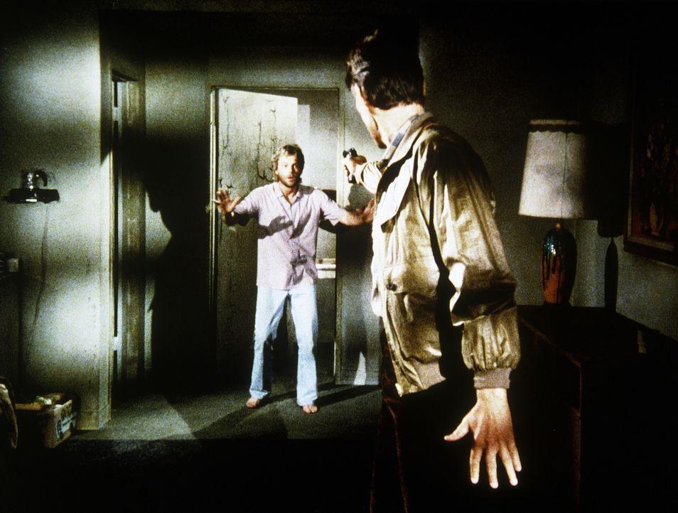 Franklin (Michael Halsey, r.) will den Chemiestudenten Carmine Davis (Gary Frank, l.) erpressen. Deshalb entführt er ihn und seine Eltern ...