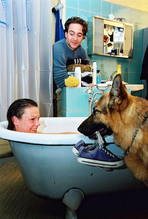 Niki (Elke Winkens, l.) nimmt bei Marc (Alexander Pschill, r.) ein Bad und wird von Rex umsorgt ... - Bildquelle: Ali Schafler Sat.1