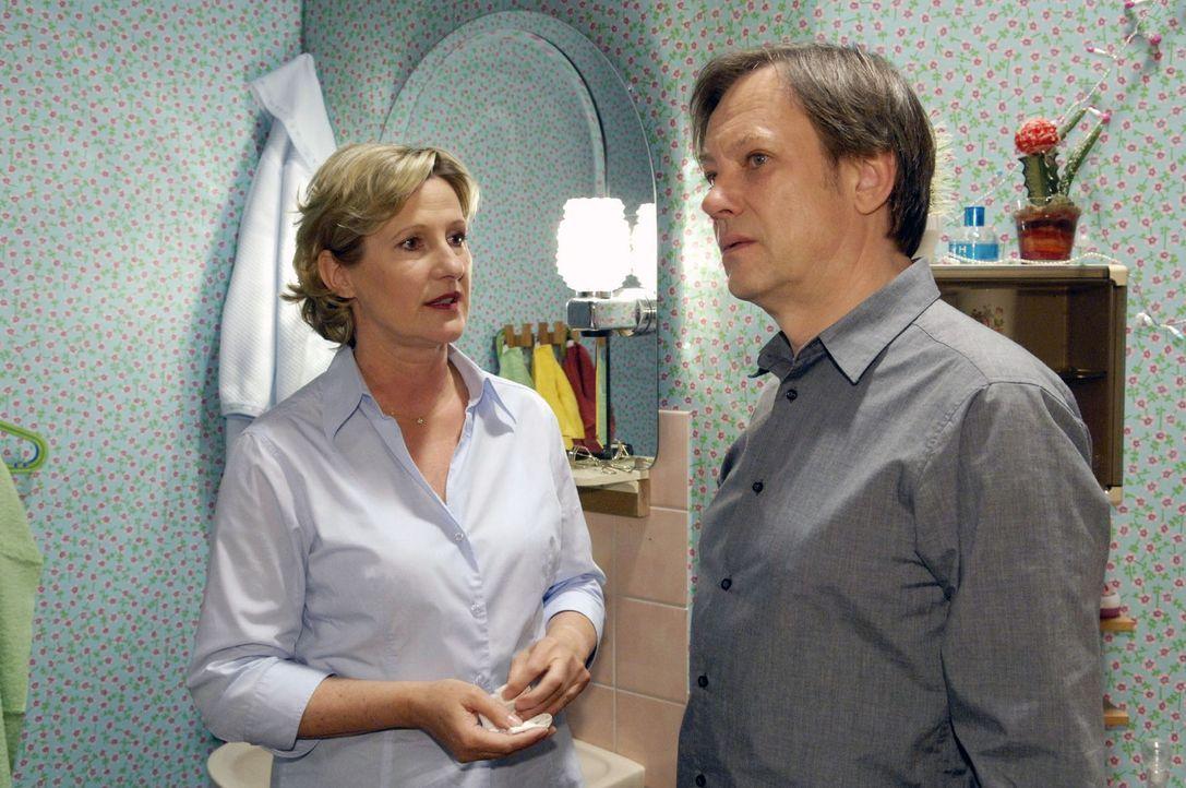 Susanne (Heike Jonca, l.) entgeht Armins (Rainer Will, r.) Eifersucht auf Georg nicht. - Bildquelle: Claudius Pflug Sat.1