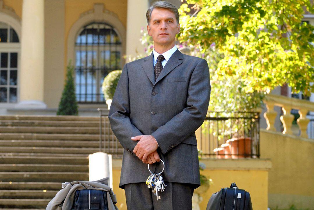 Fabian Schlüter (Walter Sittler) ist ein klassischer Butler der alten englischen Schule. Als sein Herr, der greise Baron von Leyden, das Zeitliche s... - Bildquelle: Rainer Bajo Sat.1