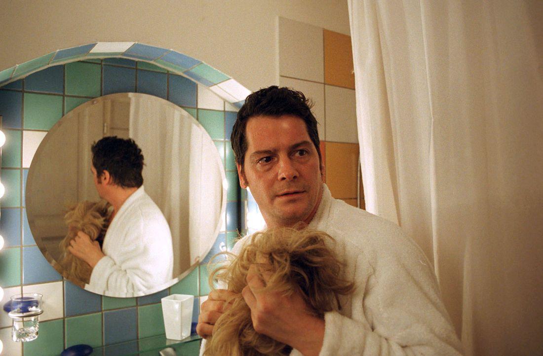 Leo (Fritz Karl) wird von seinem Vermieter überrascht. - Bildquelle: Martin Lässig Sat.1