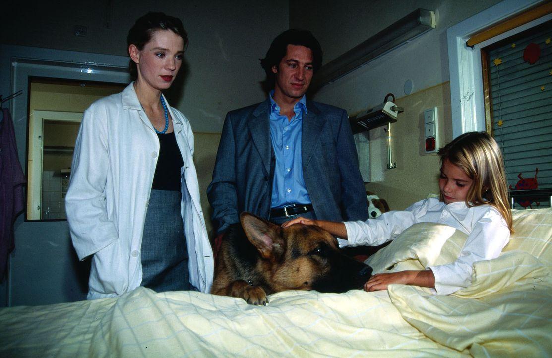 Kommissar Moser (Tobias Moretti, M.) versucht vergeblich das Vertrauen der kleinen Birgit (Viktoria Canestrini, r.) zu erlangen. Rex hingegen findet... - Bildquelle: Ali Schafler Sat.1