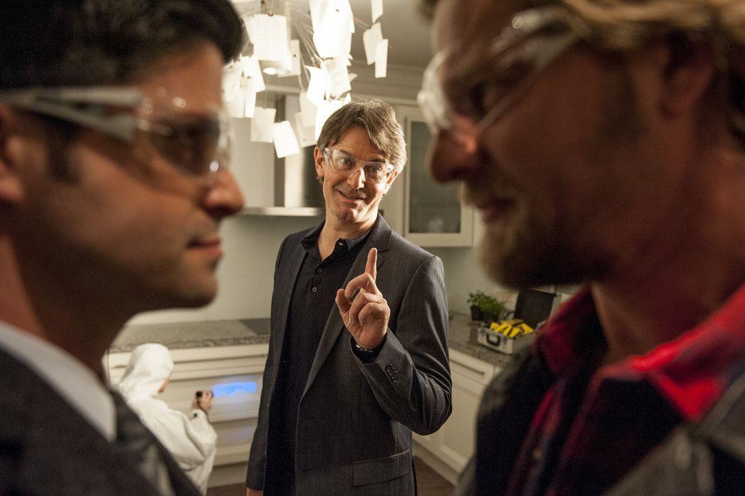Ein bisschen Spaß muss sein: (v.l.n.r.) Andreas (Maximilian Grill), Meisner (Robert Lohr) und Mick (Henning Baum) ... - Bildquelle: Martin Rottenkolber SAT.1 / Martin Rottenkolber