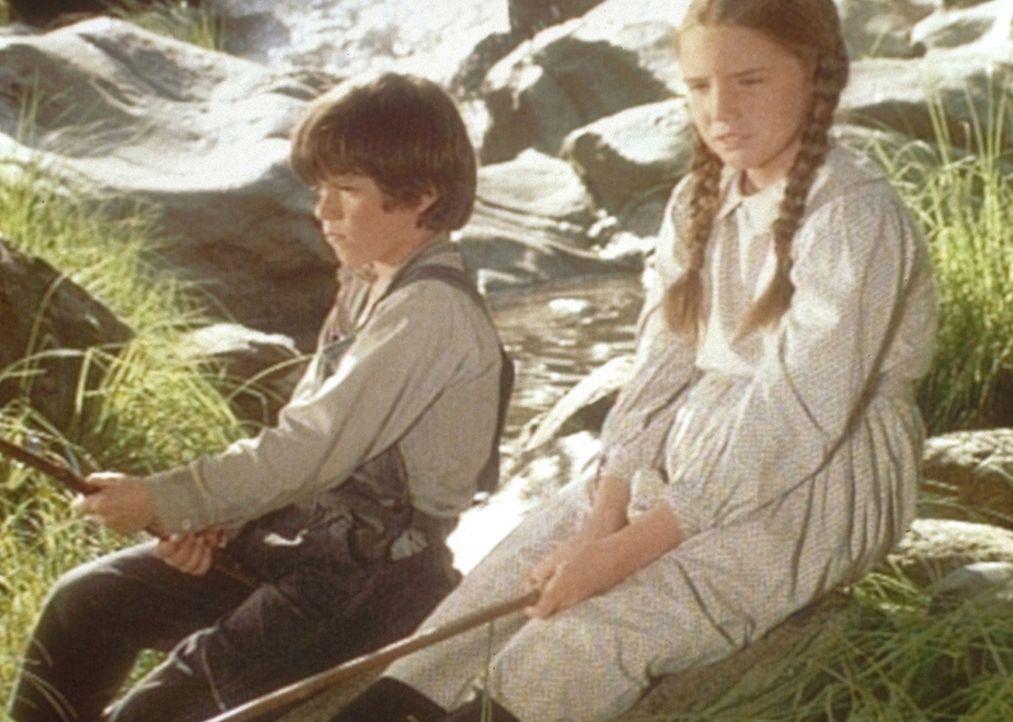 Jonah (Shane Sinutko, l.) und Laura (Melissa Gilbert, r.) haben kein Glück beim Angeln. - Bildquelle: Worldvision